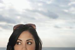 Adolescente con las gafas de sol encima de la cabeza Fotos de archivo libres de regalías