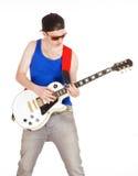 Adolescente con las gafas de sol que tocan la guitarra eléctrica Foto de archivo libre de regalías