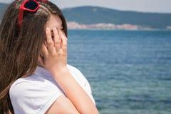 Adolescente con las gafas de sol rojas Fotos de archivo
