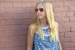 Adolescente con las gafas de sol tipo aviador Imagenes de archivo