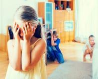 Adolescente con las hermanas que juegan piel-y-ir-búsqueda Fotografía de archivo libre de regalías