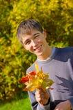 Adolescente con las hojas Fotografía de archivo