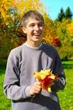 Adolescente con las hojas Foto de archivo