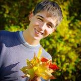 Adolescente con las hojas Imagen de archivo libre de regalías