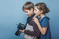 Adolescente con las imágenes de observación de una muchacha en Fotos de archivo libres de regalías