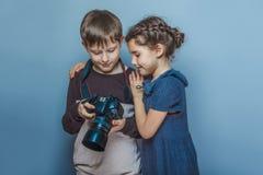Adolescente con las imágenes de observación de una muchacha en Fotografía de archivo libre de regalías