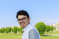 Adolescente con las lentes que llevan de la gran sonrisa Foto de archivo