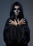 Adolescente con las manos cerradas del cráneo del maquillaje Imagen de archivo