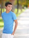 Adolescente con las manos en pocketsw Imagen de archivo libre de regalías