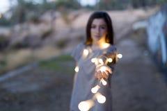 Adolescente con las manos enfocadas luces Fotos de archivo