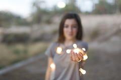 Adolescente con las manos enfocadas luces Imágenes de archivo libres de regalías