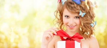 Adolescente con las mariposas en presente de apertura del pelo Fotos de archivo libres de regalías