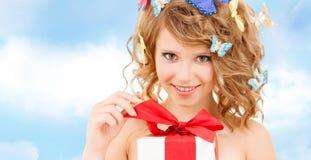 Adolescente con las mariposas en presente de apertura del pelo Imagen de archivo libre de regalías