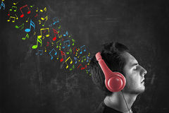 Adolescente con las notas musicales dibujadas Fotografía de archivo