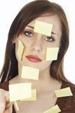 Adolescente con las notas pegajosas Foto de archivo libre de regalías