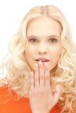 Adolescente con las palmas sobre boca Foto de archivo libre de regalías