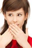 Adolescente con las palmas sobre boca Fotografía de archivo