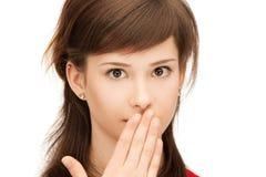 Adolescente con las palmas sobre boca Imagen de archivo