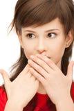 Adolescente con las palmas sobre boca Foto de archivo