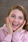 Adolescente con las paréntesis Foto de archivo