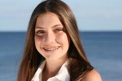 Adolescente con las paréntesis Fotos de archivo