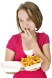 Adolescente con las patatas fritas Fotos de archivo libres de regalías