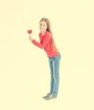 Adolescente con las piruletas en forma de corazón Fotografía de archivo libre de regalías