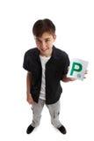 Adolescente con las placas de la licencia P Foto de archivo libre de regalías