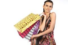 Adolescente con las porciones de bolsos de compras Foto de archivo