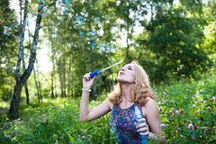 Adolescente con le bolle di sapone fotografie stock