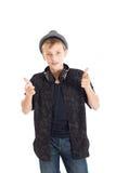 Adolescente con le cuffie e le pistole che portano un cappello. Immagini Stock