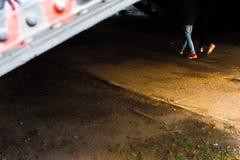 Adolescente con le scarpe gialle e rosse Fotografia Stock