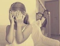 Adolescente con le sorelle che giocano nascondino Fotografie Stock