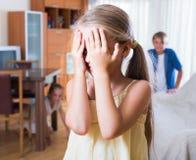 Adolescente con le sorelle che giocano nascondino Fotografia Stock