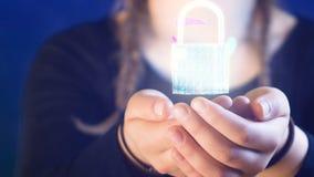 Adolescente con le trecce, tenendo una serratura digitale in sue mani, ideali per i temi quali tecnologia e sicurezza online archivi video