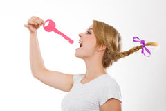 Adolescente con llave penetrante de la trenza Imágenes de archivo libres de regalías