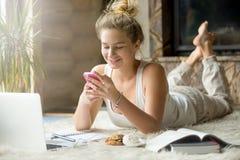Adolescente con lo smartphone a casa Immagini Stock
