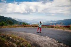 Adolescente con longboard Fotografía de archivo libre de regalías