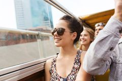 Adolescente con los amigos que viajan en bus turístico Imagenes de archivo