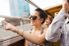 Adolescente con los amigos que viajan en bus turístico Imágenes de archivo libres de regalías