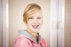Adolescente con los apoyos en sus dientes Imagenes de archivo