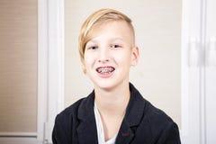 Adolescente con los apoyos en sus dientes Foto de archivo