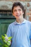 Adolescente con los apoyos que toman cuidado de un árbol de limón Imagen de archivo libre de regalías