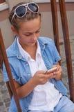 Adolescente con los artilugios Imágenes de archivo libres de regalías