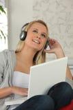 Adolescente con los auriculares Fotografía de archivo libre de regalías