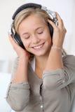 Adolescente con los auriculares encendido Foto de archivo