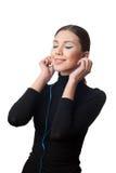 Adolescente con los auriculares que escucha la música Fotografía de archivo libre de regalías
