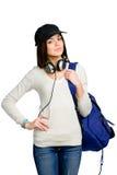 Adolescente con los auriculares y la mochila en casquillo enarbolado Foto de archivo