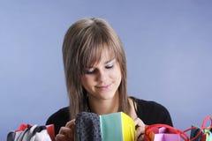 Adolescente con los bolsos de compras Fotografía de archivo