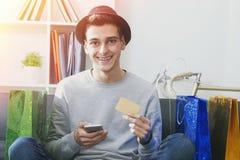Adolescente con los bolsos del móvil y del regalo Foto de archivo libre de regalías